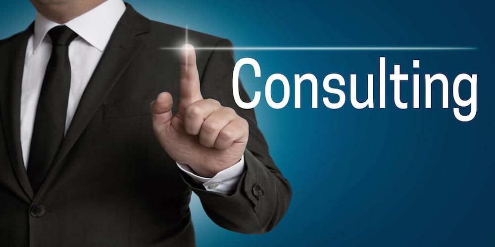 consulting touchscreen wird von Geschäftsmann bedient